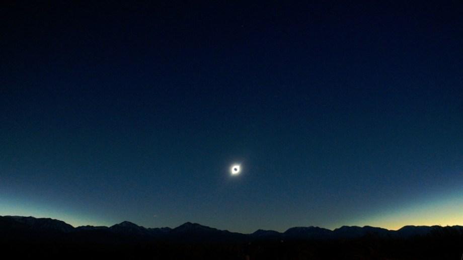 2/7/2019 - Eclipse total desde Bella Vista (San Juan). La Luna ocultando al Sol, observados a simple vista. El paisaje corresponde a la cordillera de los Andes. (Foto Javier Haramina)