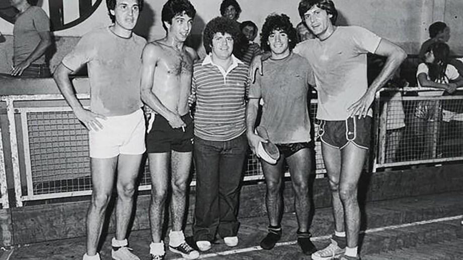 Después del partido en Mar del Plata Ricardo Darín y Carlín Calvo posan para la foto con Diego Maradona y quien en era el manager del 10 en ese momento, Jorge Cyterszpiler.