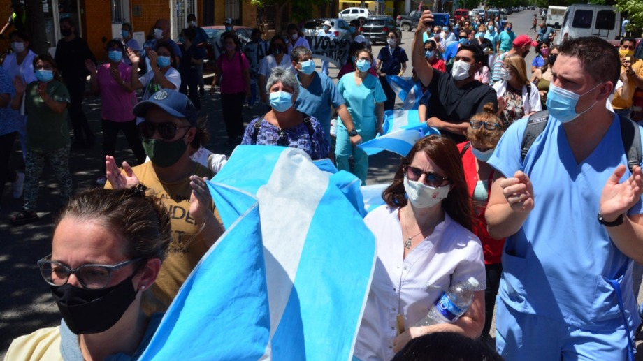 Los autoconvocados marcharon desde el hospital Zatti hasta el Ministerio de Salud. Fotos: Marcelo Ochoa.
