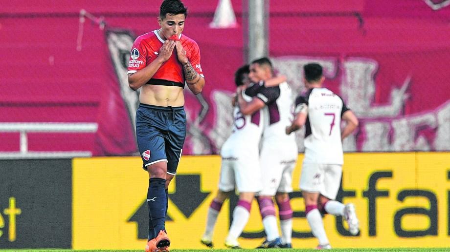 Independiente tuvo un primer tiempo para el olvido y Lanús sacó provecho de cada error rival. (Foto: AP)