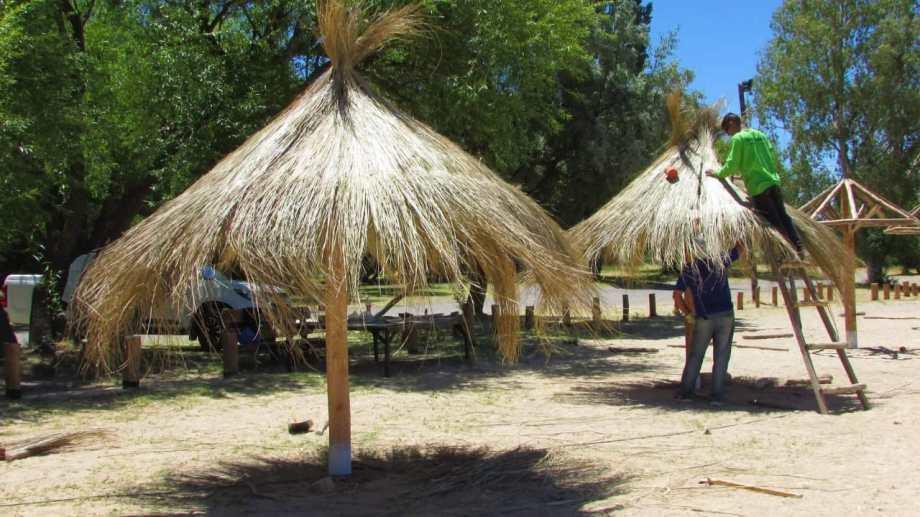 Colocaron sombrillas fijas en el balneario municipal de Huergo. (Foto Néstor Salas)