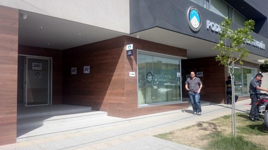 Los juzgados laborales de Neuquén quedaron en el foco de un nuevo cruce entre el Colegio y el TSJ.