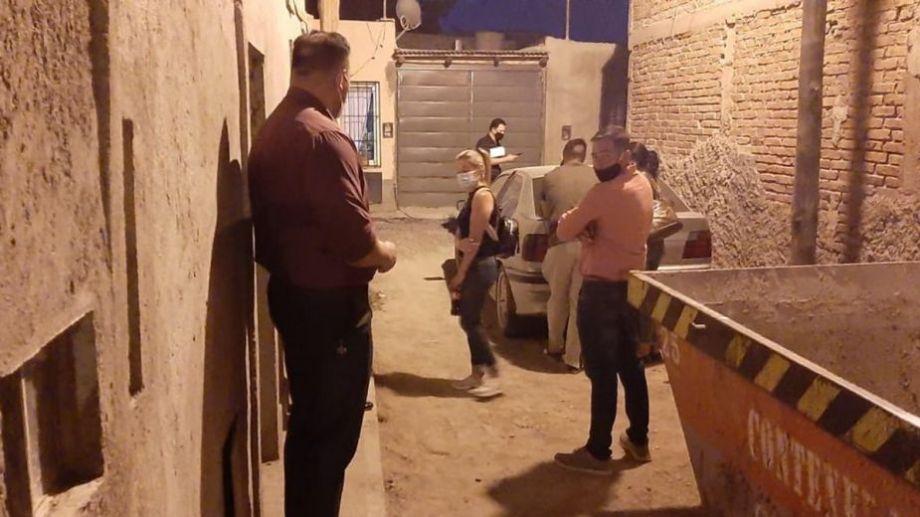 El operativo se realiza en el complejo de departamentos donde se vio por última vez a la joven. Foto: gentileza Diario Uno.-