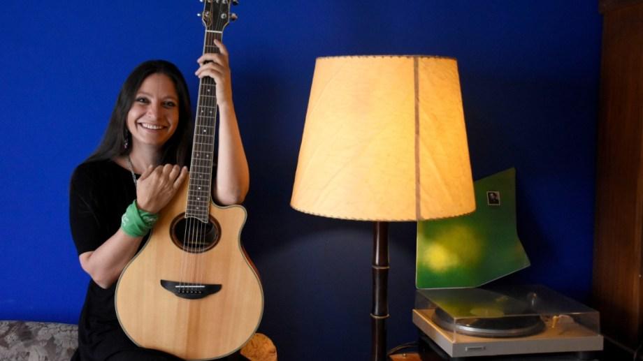 Macarena Montovi canta sus canciones en trío y escribe sus poesías.