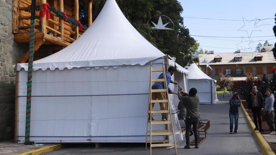 Los gazebos para la feria de productos gourmet fueron instalados el fin de semana. Gentileza