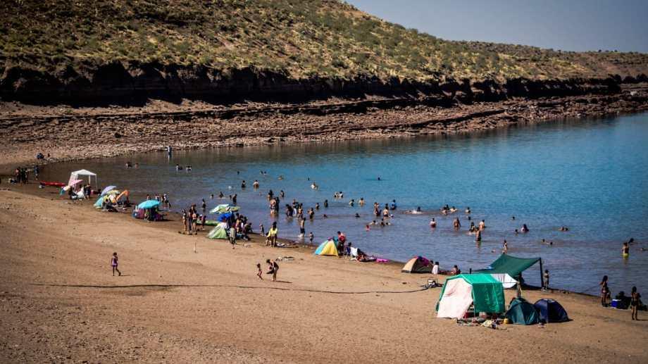 Se puede disfrutar de un día de playa muy cerca de Picún Leufú.