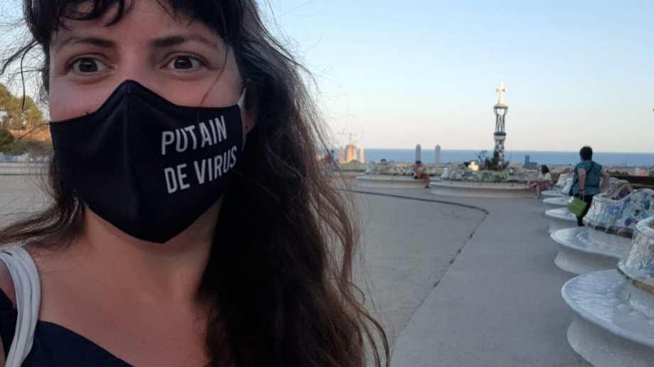 Un insulto al virus en el barbijo, mientras recorre en el Park Güell de Barcelona. Fotos Gentileza Jimena Remón.