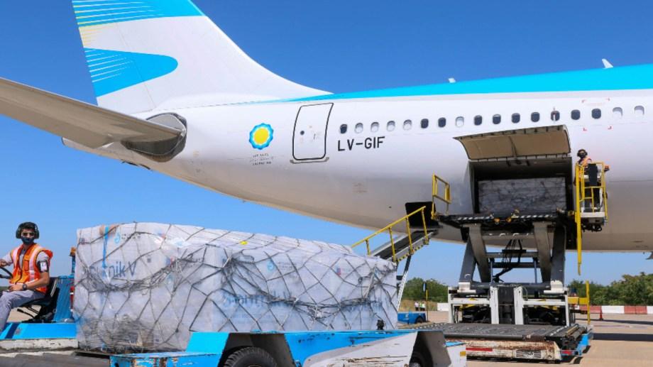 Llega de Moscú el vuelo de Aerolíneas que trae 330.000 nuevas dosis de Sputnik V.