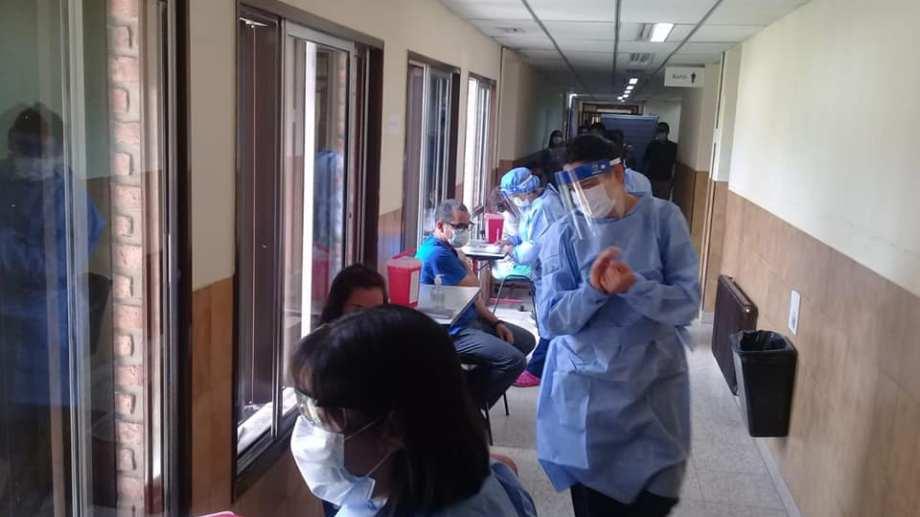 La vacunación se realizó en el hospital local. Foto: Facebook Juan Carlos Parada
