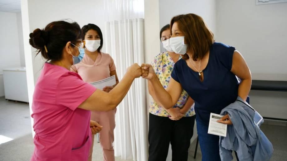La gobernadora junto a personal sanitario tras recibir la primera dosis de la Sputnik V. Foto gentileza.