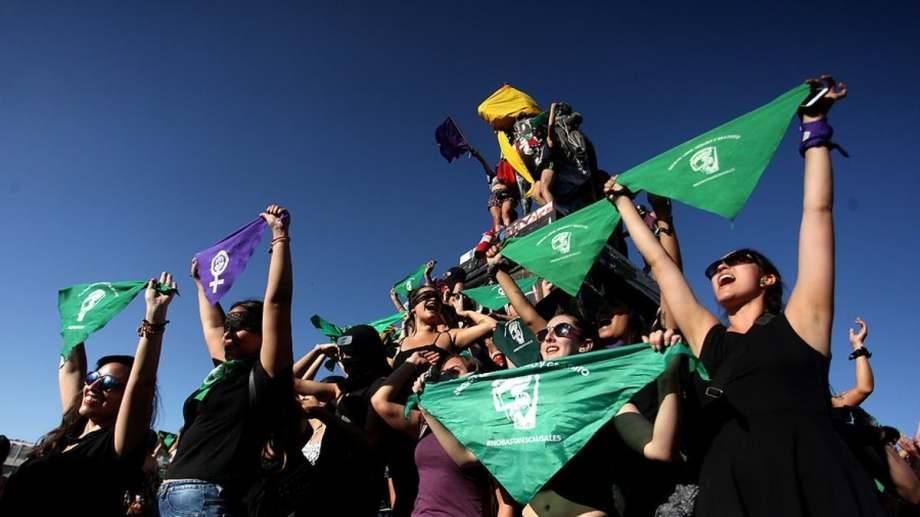 En Chile, el proyecto de aborto legal tomó estado parlamentario este jueves, con manifestaciones en apoyo. (Gentileza).-