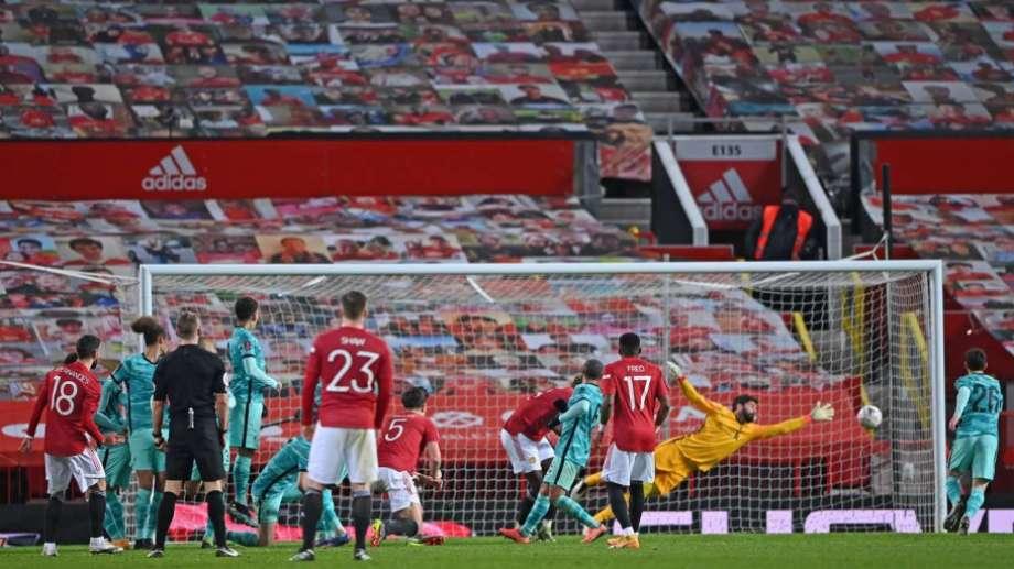 El portugués Bruno Fernandes, de tito libre, le dio el triunfo al United.