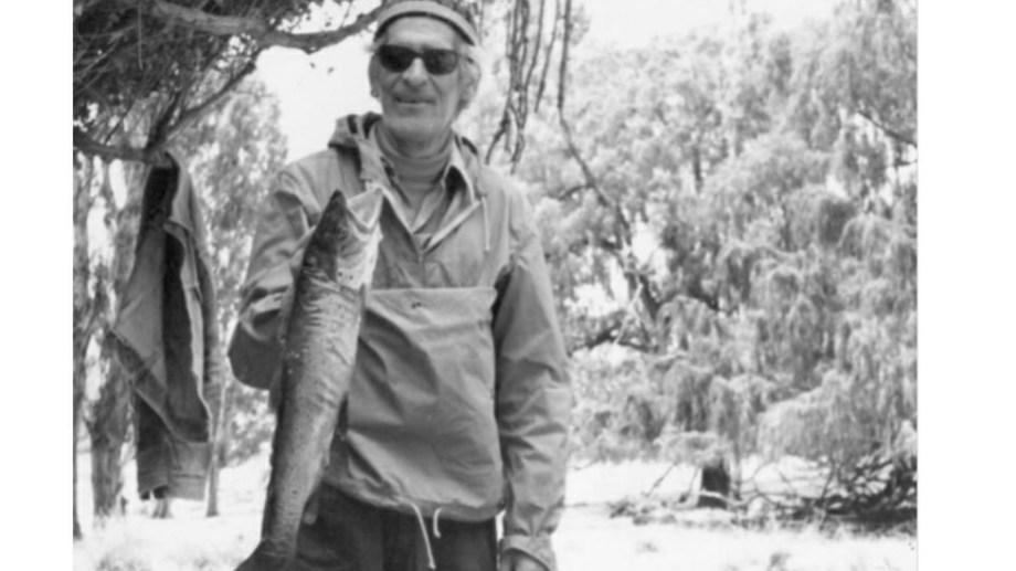 El escocés Allan Fraser, leyenda entre los pescadores, en una foto tomada en Junín de los Andes, donde ataba moscas y sacaba truchas como nadie.