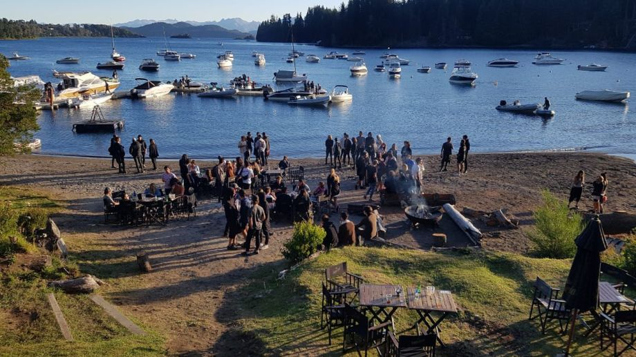Una de las fiestas suspendidas en Villa La Angostura se desarrollaba en una bar de playa de Bahía Manzano. (Gentileza Diario Andino).