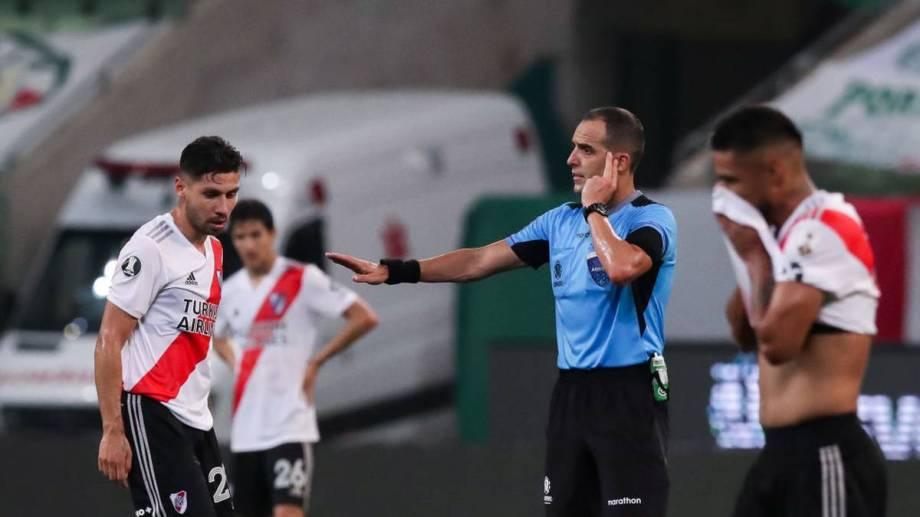 El árbitro Esteban Ostojich y una noche difícil en San Pablo.