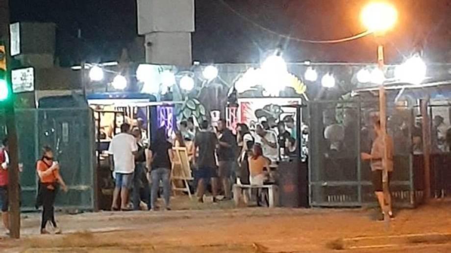 En el local de Cutral Co había unas 80 personas que no respetaban el distanciamiento, ni el uso del barbijo. (foto: gentileza)