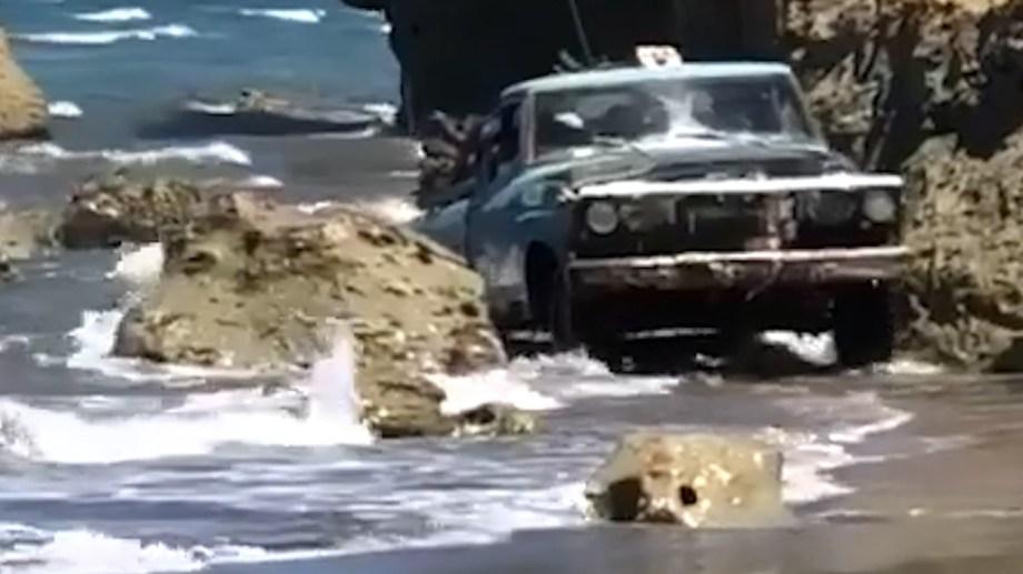 Esta imagen del pulpero al volante de su antigua F-100 entre el agua y las piedras se hizo viral. Captura de video.