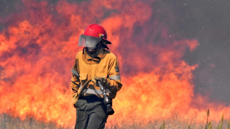 Esta semana las bomberas voluntarias participaron en el combate de las llamas en las afueras de Río Colorado. Foto: Jorge Tanos.