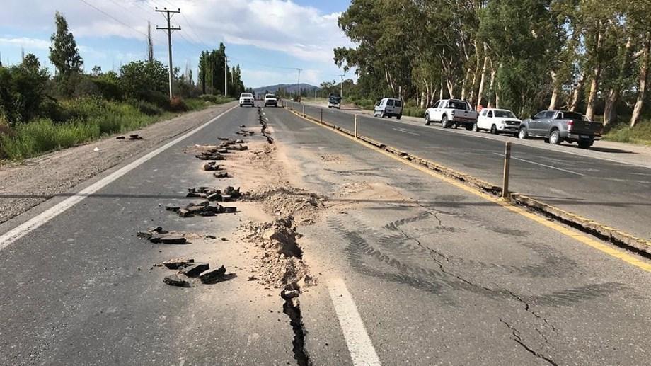 """El sismo más fuerte se sintió anoche, pero las réplicas siguieron. Las grietas en el asfalto son parte de la postal postemblor en San Juan. (Cortesía """"Mañanas compartidas"""", Canal 8 San Juan)"""