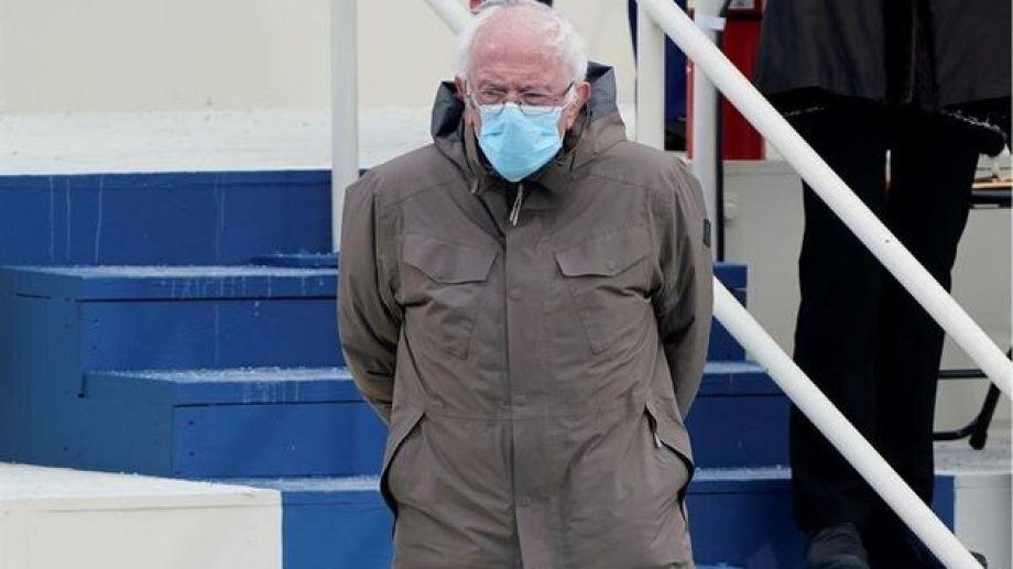 Sanders eligió abrigarse, antes de pasar frío, durante el acto de asunción de su compañero de partido Joe Biden.-