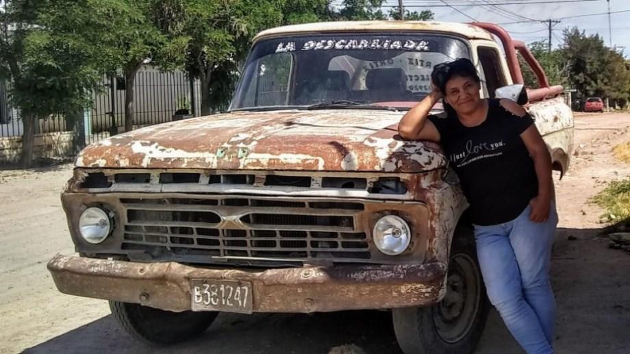 Elizabet Curuyán y la camioneta modelo 1967 que supo ser auxilio mecánico y con la que ahora la comisionada de fomento traslada la asistencia a los parajes de la Línea Sur.