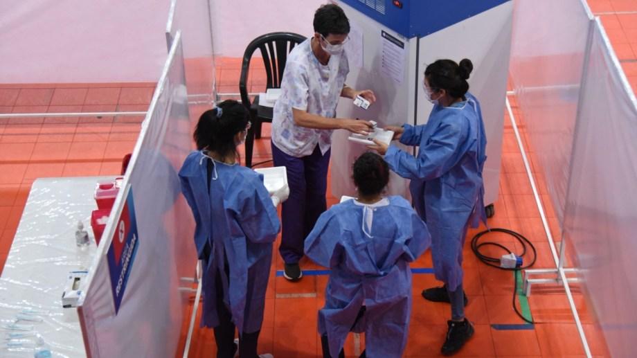 El estadio Ruca Che fue uno de los centros dispuestos para la aplicación de las vacunas. (FOTO: Florencia Salto)