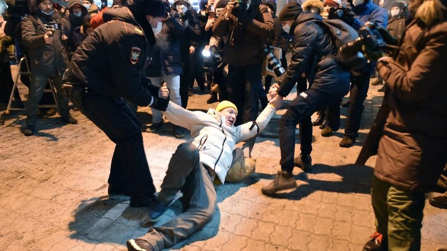 Distintas ONGs afirmaron que 2.509 personas fueron detenidas en más de 60 ciudades de Rusia.
