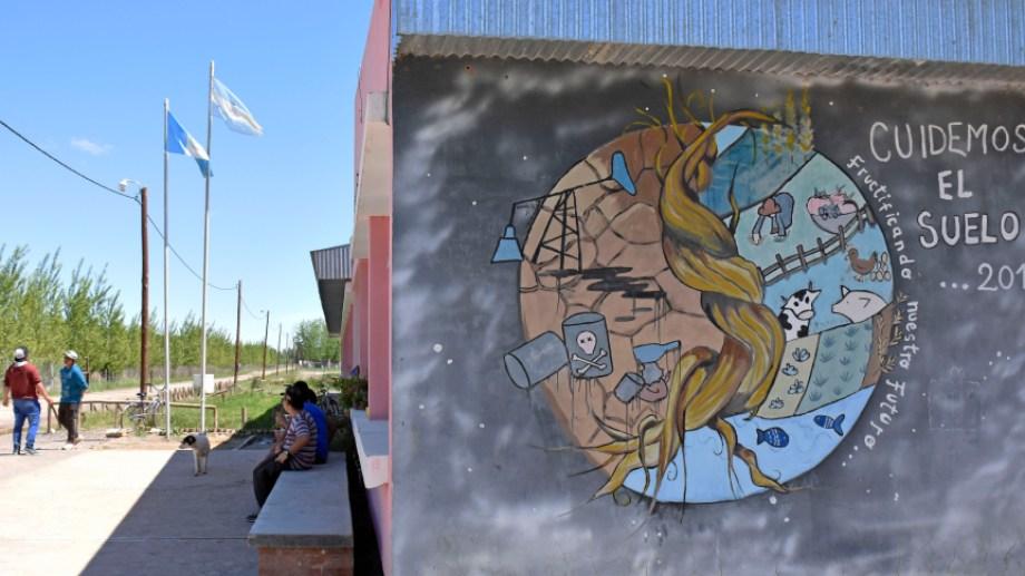 Un mural antifracking en una de las paredes de la escuela. Foto: archivo Florencia Salto.