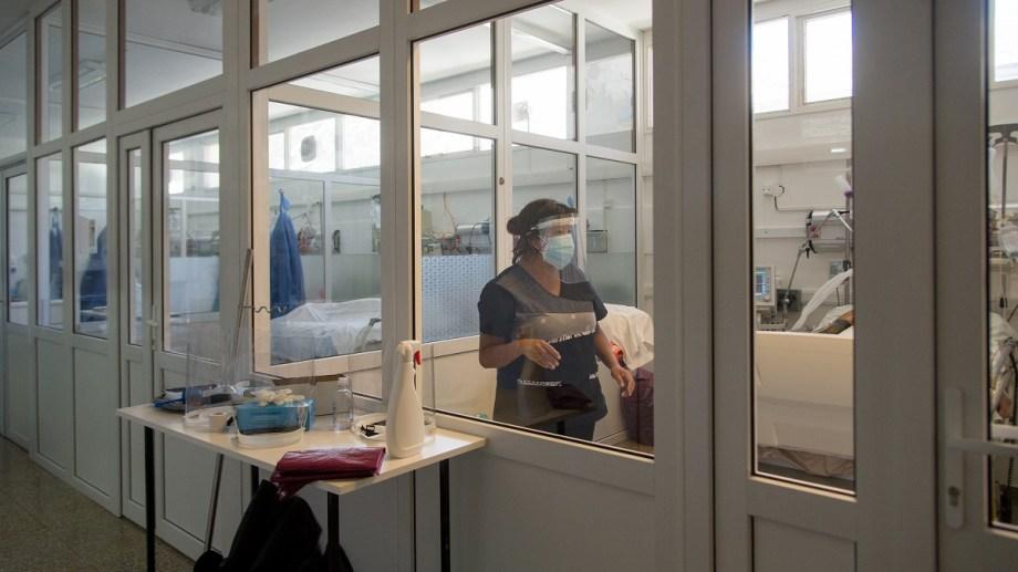 Desde hace meses, las terapias intensivas de los centros de salud de Bariloche trabajan al límite. Foto Marcelo Martinez