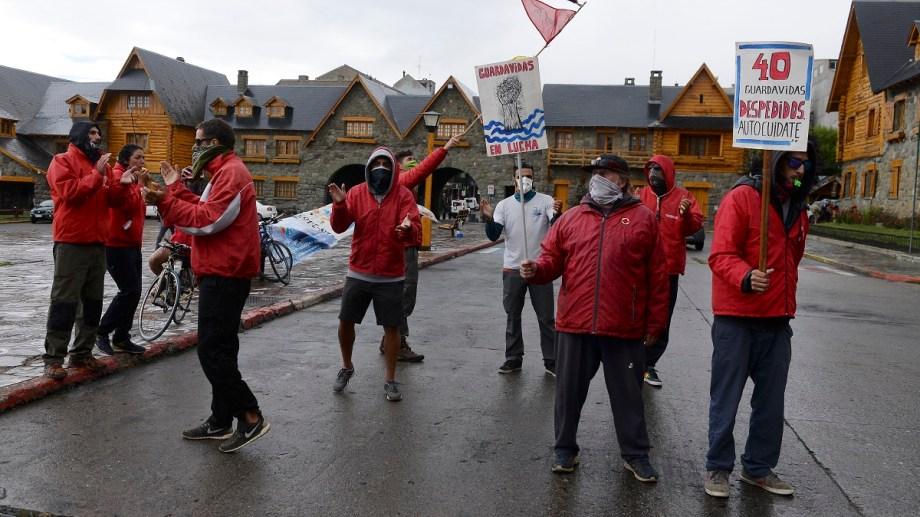Los guardavidas bajo la lluvia, volvieron a manifestarse hoy en el Centro Cívico para que el municipio vuelva a contratarlos. Foto: Alfredo Leiva