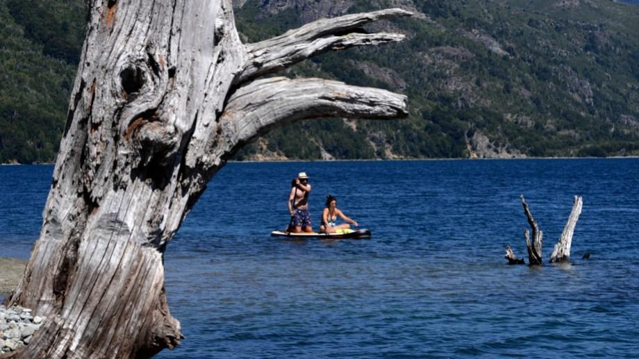 A remarla. En kayaks o sobre tablas de stand up paddle, las aguas del lago Guillelmo invitan a la exploración. Foto: Alfredo Leiva.