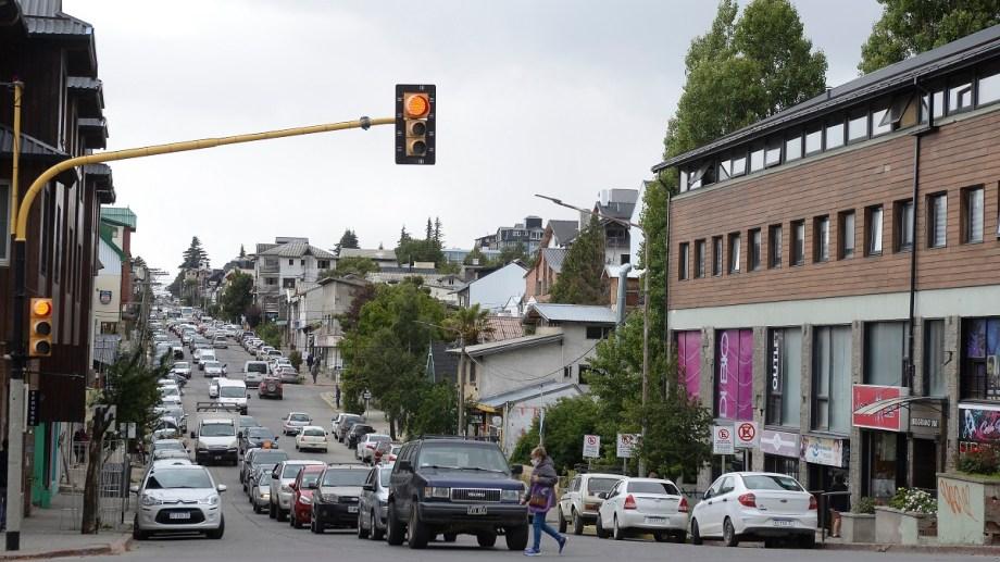 Hay 8 semáforos de Bariloche que controlan con fotomulta a los conductores que cruzan en rojo. La falta es muy grave. Foto: Alfredo Leiva