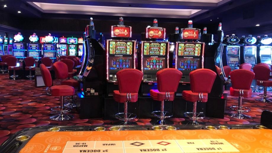 La sala del casino de Bariloche de la calle San Martín reabrirá el jueves a las 14. Foto: Gentileza