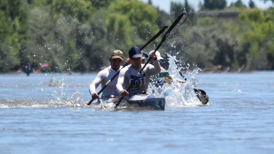 Damián Pinta y Facundo Lucero, al llegar primeros al final de la cuarta etapa en Choele Choel (Foto/Jorge Tanos)