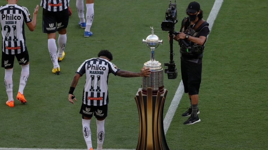 Marinho tocó la copa a lo Gabigol pero la historia no terminó igual.