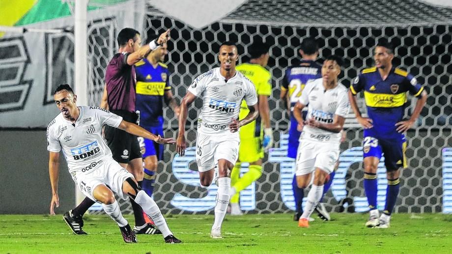 Pituca celebra el primer gol del Santos, el que le abrió la puerta para llegar a la final de la Libertadores. (AP Photo/Andre Penner, Pool)