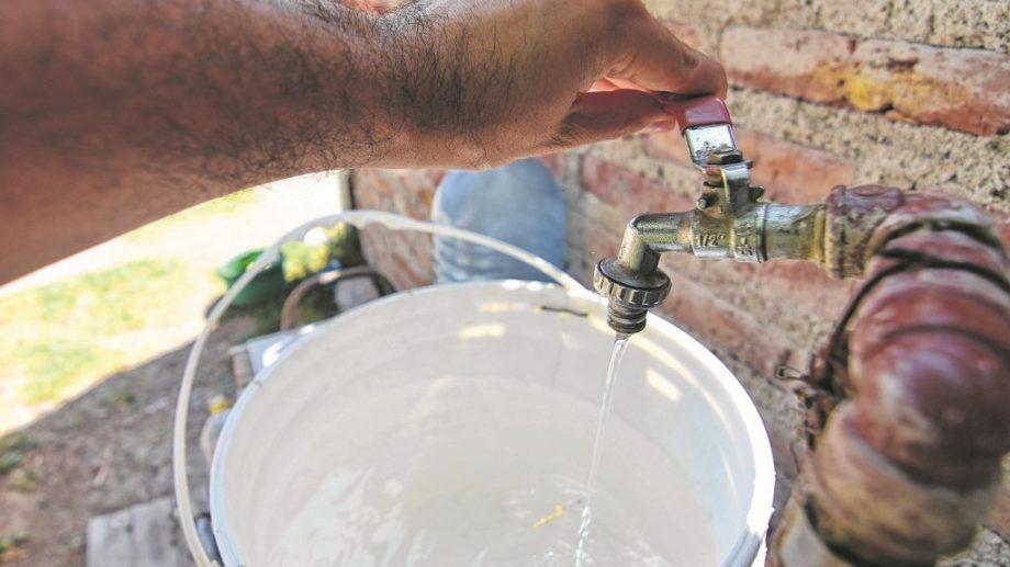 Familias del barrio El Frutillar de Bariloche tienen problemas con la provisión de agua potable en lo que va de este verano. (Foto archivo)