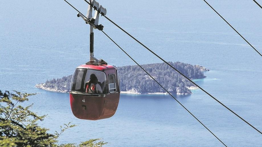 Miles de personas disfrutaron este fin de semana largo de la tradicional excursión a la cumbre del cerro Otto en Bariloche. (Foto de Archivo).