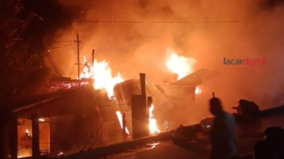 El fuego consumió por completo una vivienda de San Martín de los Andes. (Foto: Gentileza Lacar Digital).