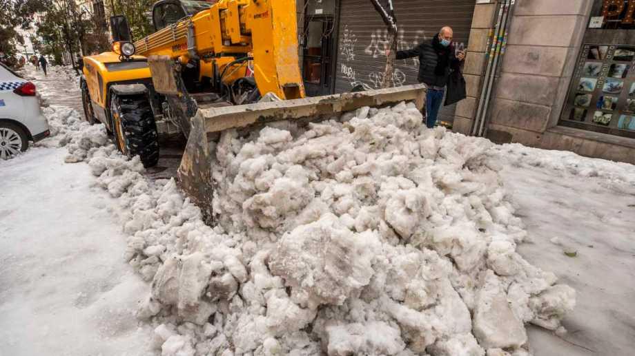 Una máquina retira la nieve en el centro de Madrid. Foto: AP