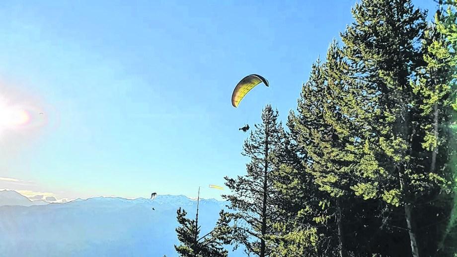 Salen desde el cerro Piltriquitrón y aterrizan en el aeródromo.