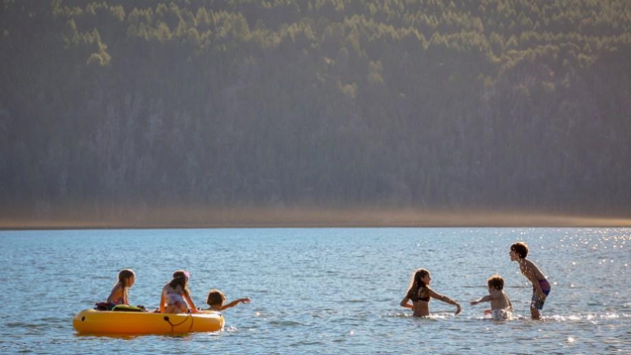 Un adolescente casi se ahogó en el lago Lolog y tuvo que ser trasladado a Neuquén por la complejidad del cuadro. (Foto: Archivo- Patricio Rodríguez).