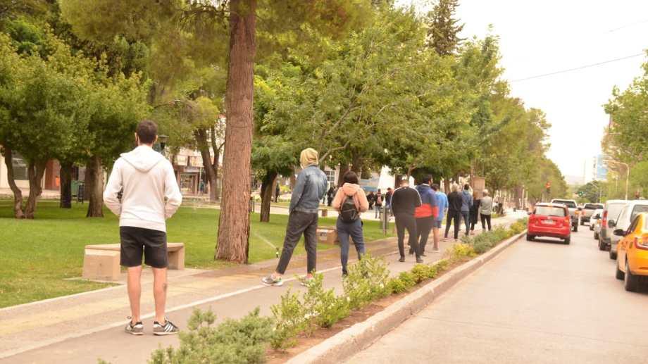Hoy la fila para realizarse el test en el centro de la ciudad llegaba hasta la esquina de Belgrano y avenida Argentina. Foto Yamil Regules.