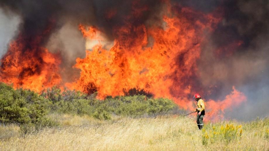 Las tormentas secas y la acumulación de pastizales al costado de la ruta terminan provocando enormes incendios. (Jorge Tanos).-