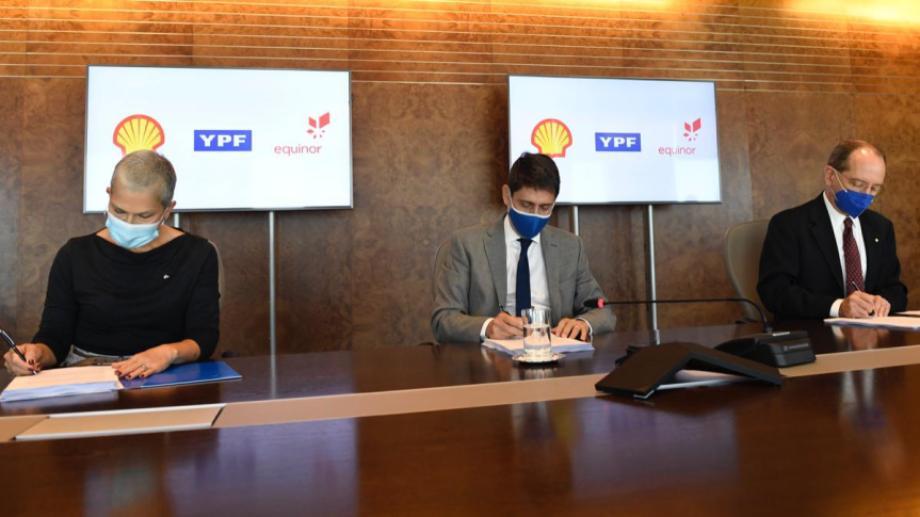 Las autoridades de YPF, Shell y Equinor firmaron esta mañana el acuerdo para la exploración del bloque offshore.