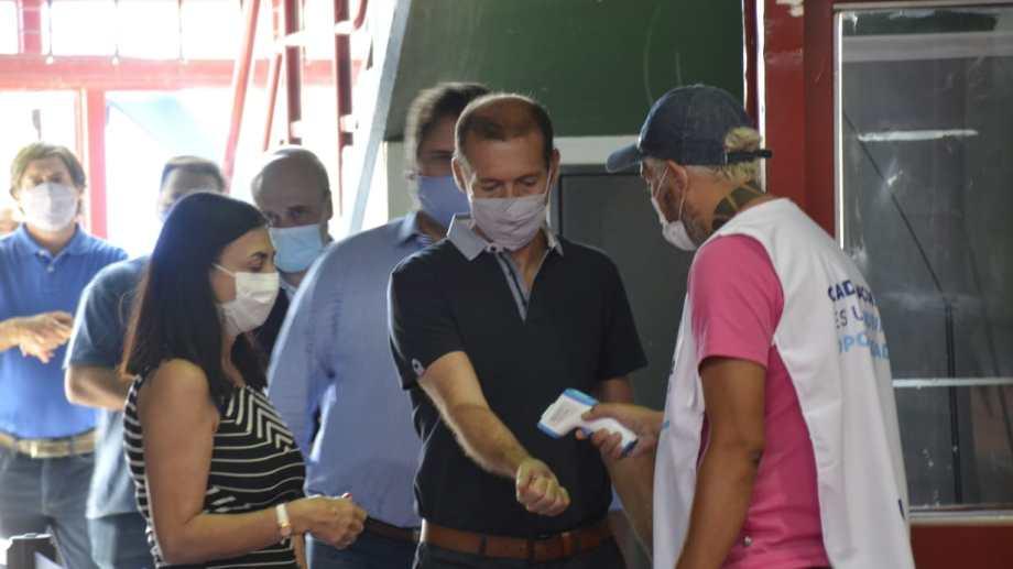 La ministra Andrea Peve y el gobernador Omar Gutiérrez se colocaron ayer la segunda dosis de la vacuna. Foto: Yamil Regules.