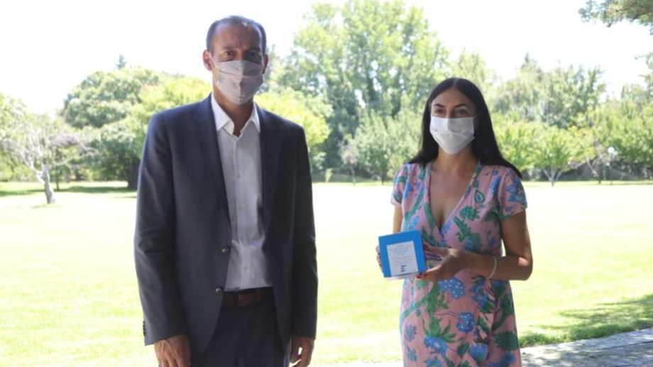 Peve y Gutiérrez anunciaron el arribo del suero equino a Neuquén. (Gentileza).-