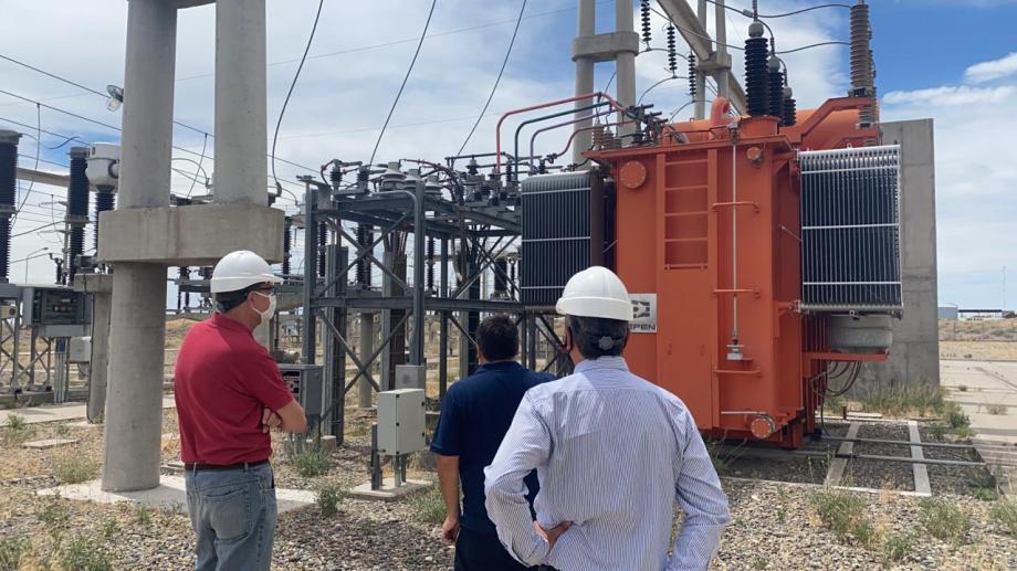 Los operadores del EPEN trabajan para solucionar la falla en la línea de alta tensión. (Gentileza).-