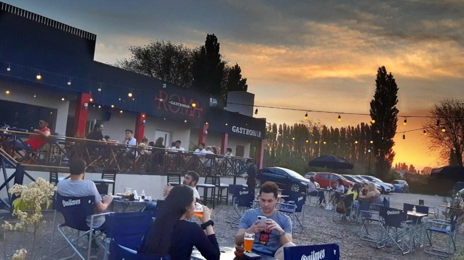 Locales gastronómicos podrán abrir hasta la una; los viernes y sábados hasta las dos. (Foto Néstor Salas)