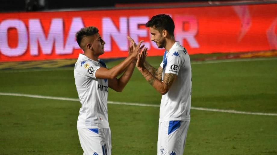 Almada festeja con Álvarez tras el segundo y decisivo gol.